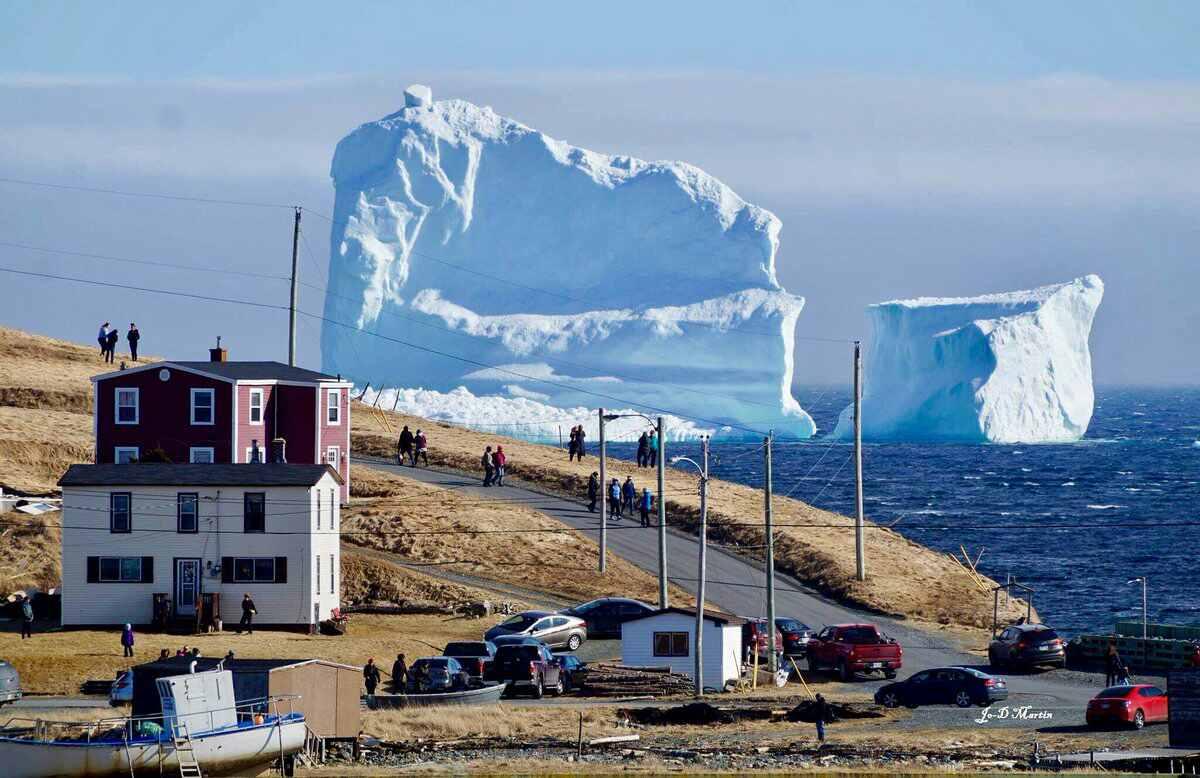 В канадскую деревню приплыл огромный айсберг
