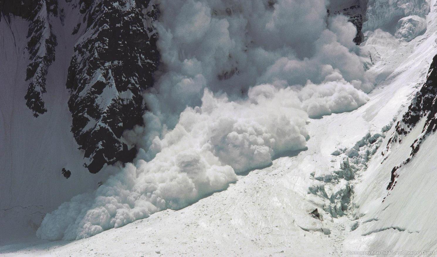 В Хороге расчищают дома, на которые сошла лавина