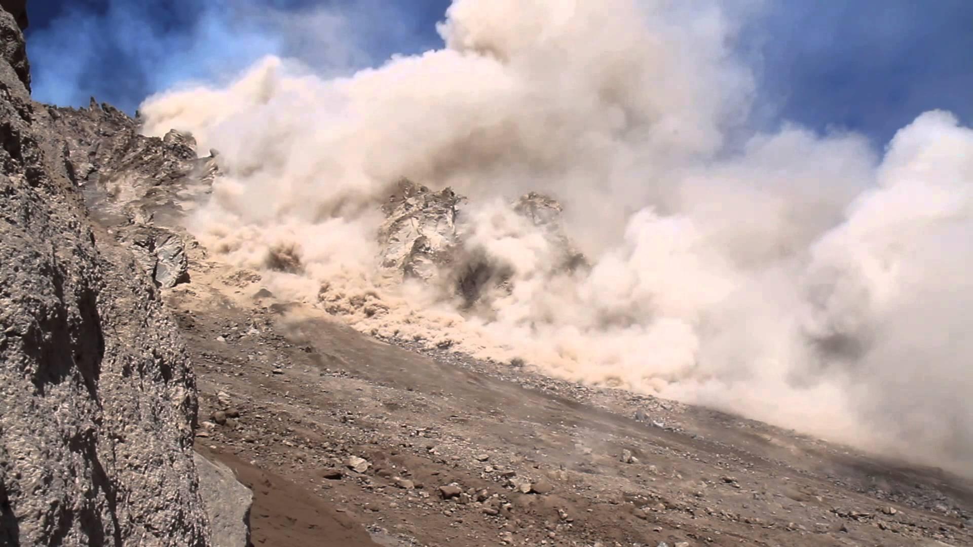 В результате камнепада вблизи Дарваза в пропасть упала машина